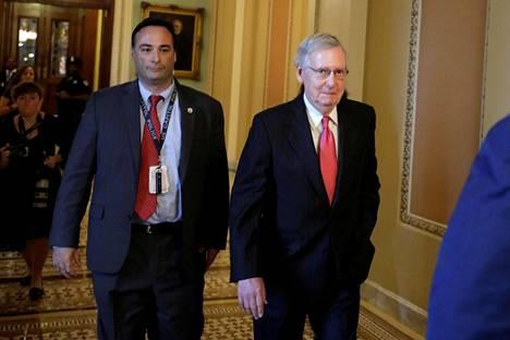 Yhdysvaltain senaatin enemmistöjohtaja Mitch McDonnell (oik.) saapui senaattiin perjantaina Washingtonissa.