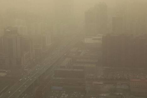 Ilmansaasteet ja hiekkamyrsky sumensivat näkymää Pekingin keskustassa maaliskuun puolivälissä.