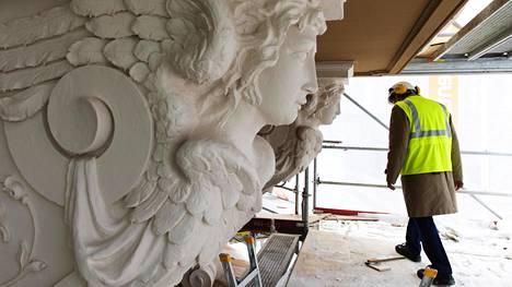 Julkisivun ornamenttien kunnostaminen on Jani Koivuniemen mukaan vaatinut kallista käsityötä.
