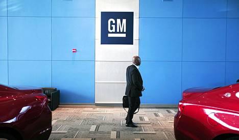 Työntekijä kävelee General Motorsin teknisen keskuksen tiloissa Warrenissa Michiganissa.