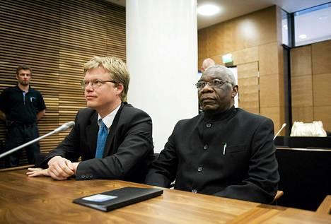 Syytetty ruandalaismies Francois Bazaramba (oik.) avustajansa lakimies Ville Hoikkalan kanssa Helsingin hovioikeudessa 22. elokuuta 2011.