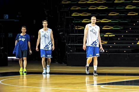 Petteri Koponen (keskellä) ja kateeni Hanno Möttölä ovat koripallomaajoukkueen avainpelaajia MM-kisoissa.