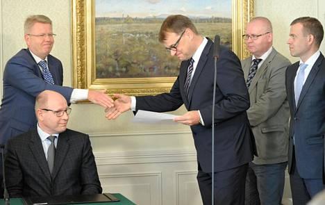 Työmarkkinajärjestöt allekirjoittivat kilpailukykysopimuksen kesäkuussa 2016. EK:n toimitusjohtaja Jyri Häkämies ojensi sopimuksen silloiselle pääministerille Juha Sipilälle (kesk) Kesärannassa.