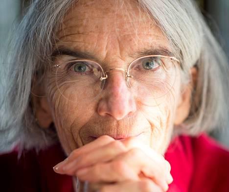 Donna Leon muutti Italiaan ensimmäisen kerran vuonna 1965, mutta pysyvästi vasta 1980-luvulla. Välissä hän ehti asua esimekiksi Iranissa, Kiinassa ja Saudi-Arabiassa.