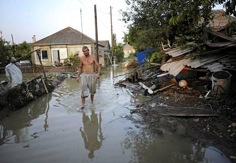 Tulvavedet ovat vallanneet Krymskin kadut.