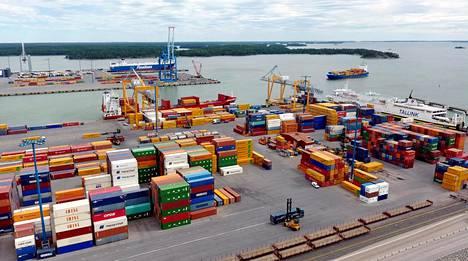 Myös Suomen vienti on piristynyt tänä vuonna. Kuvassa kontteja Vuosaaren satamassa viime kesänä.