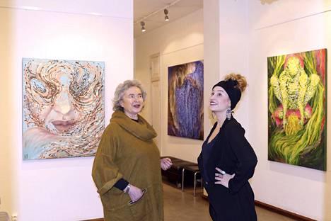 Kauhajokelaislähtöisen Eeva-Marja Saarisen (oikealla) Sykli-näyttely on 3.3. asti esillä Helsingissä Lea Karttusen (vasemalla) omistamassa Galleria Saimassa. Näyttelyssä on 17 teosta.