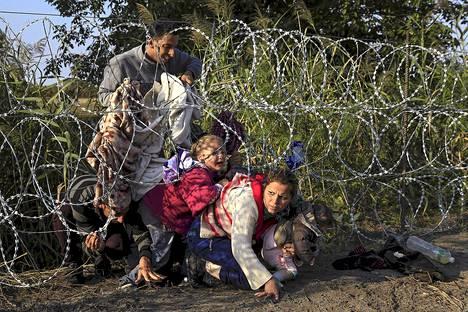 Syyrialainen pakolaisperhe ylitti rajan Serbiasta Unkariin elokuussa 2015.