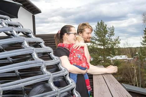 """Nurmijärvelle Meilahdesta muuttaneet Minttu, Niko ja Liinu Sauna-aho ovat onnellisia, että muutto tapahtui jo ennen korona-aikaa: """"Onneksi emme ole siellä pienessä asunnossa nyt!"""""""