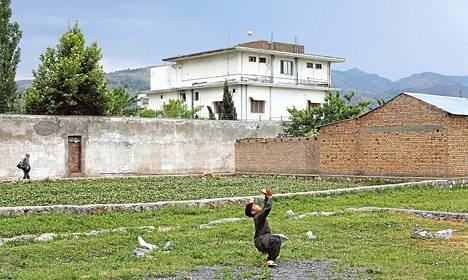 Pikkupoika leikki terroristijohtaja Osama bin Ladenin entisen kotitalon edessä Abbottabadissa. Myöhemmin Pakistan tuhosi rakennuksen.