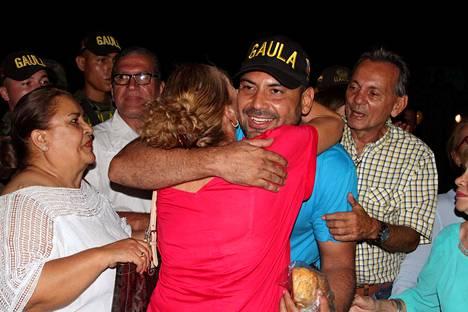 Läheiset tervehtivät perjantai-iltana vapautunutta Diego D'Pablosia Norte de Santanderin pääkaupungissa Cúcutassa.