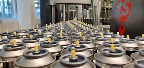 Desinfiointiainepulloja ennen nupitusta. Pulloja tuotetaan tällä hetkellä kymmenkuntatuhatta päivässä.