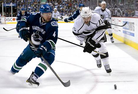 Vancouver Canucksin Keith Ballard ja Los Angeles Kingsin Brad Richardson jahtasivat irtokiekkoa toisessa erässä.