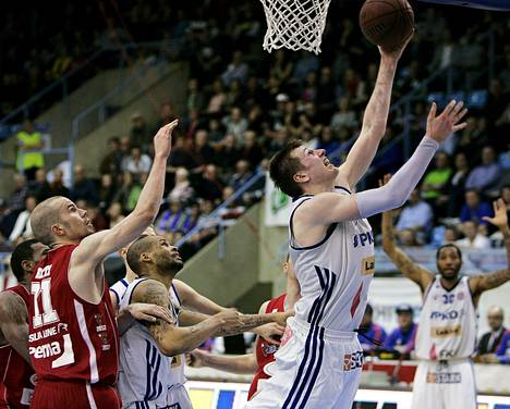 Katajan Tommi Huolila nostaa pallon koriin Bisonsin Tuukka Kotin (11) edestä.