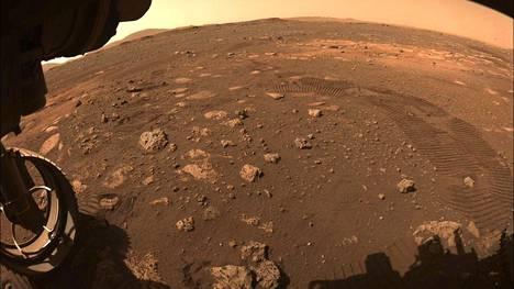 Mars-mönkijä Perseverance Jezero kraaterin pinalla.