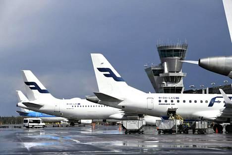 Finnairin lentokoneita Helsinki-Vantaan lentokentällä.