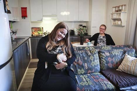 Opiskelijat Anniina Seppälä ja Mikko Immonen ovat tyytyväisiä Helsingin Kivikossa sijaitsevaan asuntoonsa, jossa elelee myös Sani-koira.