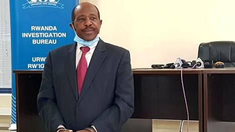 Pidätetty Paul Rusesabagina esiteltiin käsiraudoissa lehdistölle Kigalissa Ruandassa maanantaina. Hänellä ei ollut puheenvuoroa lehdistötilaisuudessa.