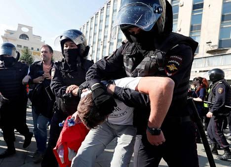 Poliisi pidätti mielenosoittajia Moskovassa 3. elokuuta.