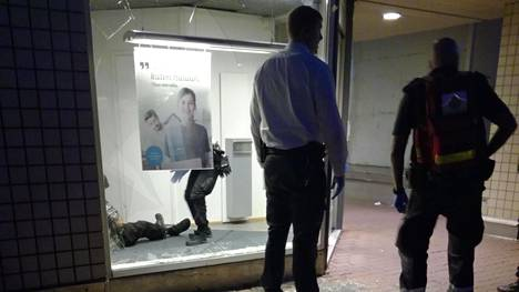 Mies loukkaantui kaatuessaan pankin ikkunalasin läpi Tallinnanaukiolla Itäkeskuksessa.