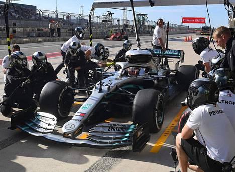 Lewis Hamilton käymässä varikolla USA:n gp:n harjoituksissa Austinissa.