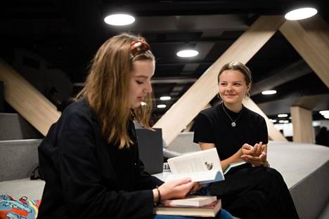 Lukion aloittavia ystävyksiä Aino Kuusista, 16, (vas.) ja Kiisla Porvaria, 15, yhdistää Muumien fanittaminen kaikissa muodoissa – myös kirjoina.