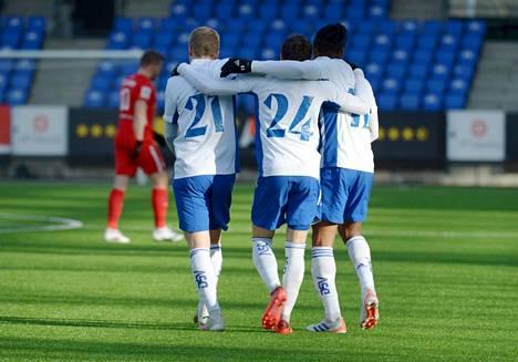 HJK:n pelaajat iloitsivat David Brownen (kesk.) maalista jalkapallon Suomen cupin välieräottelussa FC Interiä vastaan. HJK eteni finaaliin ylivoimaisen esityksen jälkeen maalein 4–0.