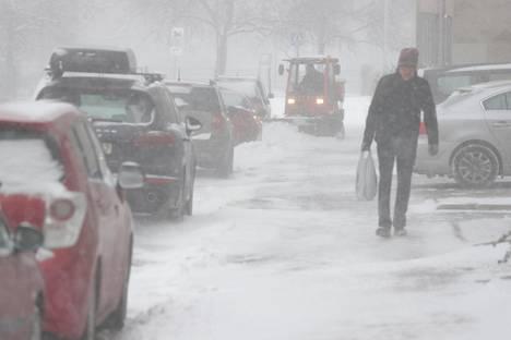 Pöllyävä lumi täytti tiistaina myös Helsingin keskustan katuja ja jalkakäytäviä.