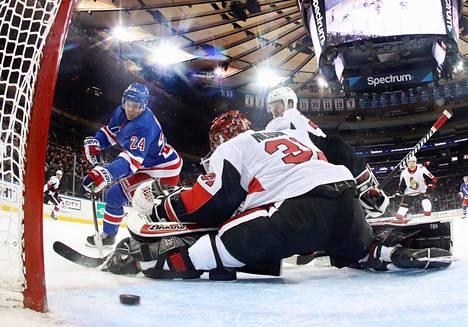 Kaapo Kakko teki NHL-tulokaskautensa kolmannen maalin. Ottawa Senatorsin maalilla Anders Nilsson.