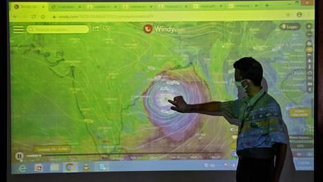 Intian ilmatieteen laitoksen tutkija näyttää Amphan-syklonin sijainnin työhuoneellaan Kalkuttassa Intiassa.