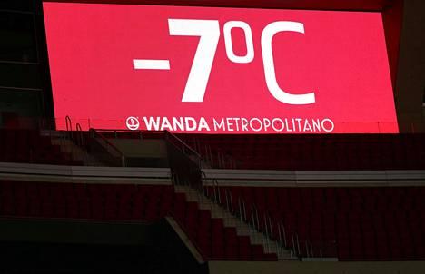 Stadionin tulostaulu näytti lämpötilan.