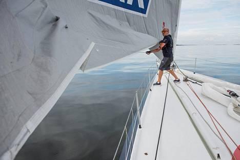 Purjeiden avaaminen ja rullaaminen käy työstä. Kuvassa Ari Huusela trimmasi purjeita ennen starttia marraskuussa.