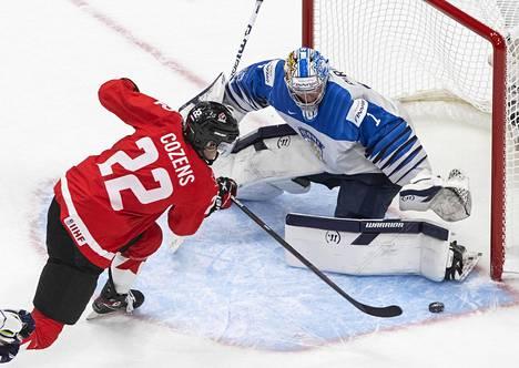 Kanadan Dylan Cozens ja Suomen maalivahti Kari Piiroinen Edmontonissa, torstaina 31. joulukuuta.