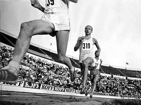 Dick Taylor vie 5000 metriä voimainsa tunnossa, ei tiedä mimmoinen Härmän jätkä puhaltelee selän takana. Eikä tiedä Vladimir Shasmurin, että hänkin on paisti, joka pian kypsyy Väätäisen pojan padassa.