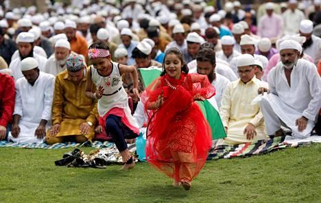 Eid-juhlan rukoushetkia Feroz Shah Kotla -moskeijan raunioilla New Delhissa Intiassa maanantaina.