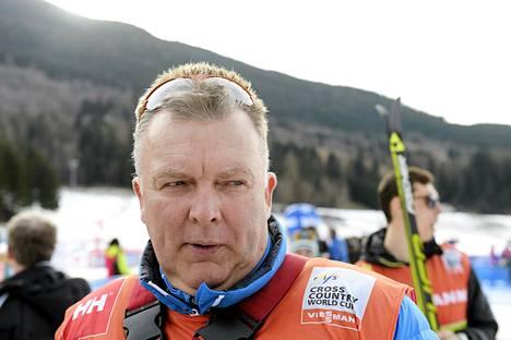Hiihtomaajoukkueen päävalmentaja Reijo Jylhä joutui selittelemään sairastumisia lauantaina.
