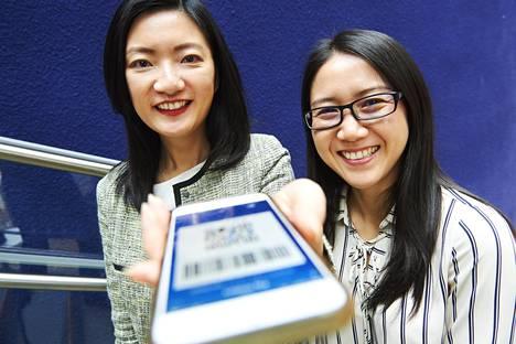 Alipayn Europen markkinointijohtaja Pamela Hsieh (vas.) ja liiketoimintojen kehitysjohtaja Xiaoqiong Hu esittelivät Alipay-maksusovellusta yli sadalle suomalaisyritykselle keskiviikkona Helsingissä.