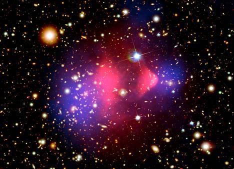 Luotijoukko on tunnettu näyttö pimeästä aineesta. Väritetyssä kuvassa näkyy, miten siniset pimeän aineen painovoiman keskittymät ovat galaksien törmäyksen jälkeen eri paikassa kuin punaiset näkyvät aineen keskittymät.