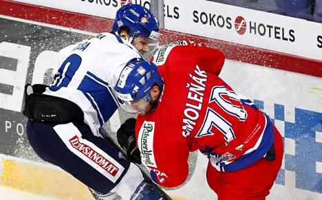 Tšekin tasoitusmaalin tehnyt Radek Smolenak tavoitteli kiekkoa Leijonien puolustajalta Mikko Kousalta.