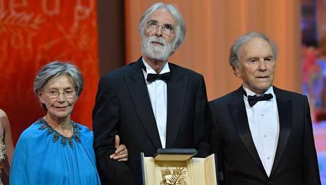 Michael Haneken (kesk.) elokuva voitti Kultaisen palmun. Vierellä näyttelijät Emmanuelle Riva ja Jean-Louis Trintignant.