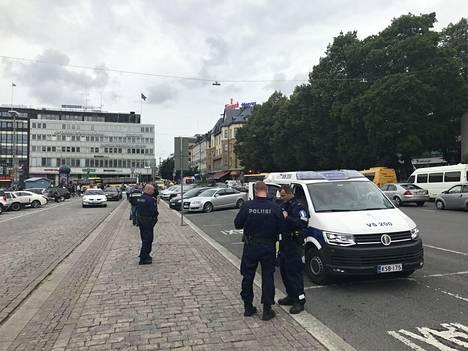 Turun perjantaisista puukotuksista on edelleen vangittuina pääepäilty ja kolme muuta miestä. Keskiviikkona kiinniotetuista miehistä toinen on vapautettu.