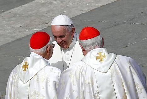 Paavi Francis tervehti kardinaaleja messun jälkeen Vatikaanissa sunnuntaina.