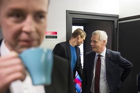 Jussi Halla-aho (vas) ja Antti Rinne tapasivat MTV:n tiloissa eduskuntavaalipäivää seuranneena aamuna.