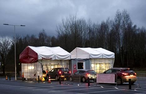 Autojono Husin ja 9 Lives -yhtiön yhteiseen koronatestauspisteeseen Vantaan Koivukylässä Havukosken liikuntapuistossa 1. joulukuuta.