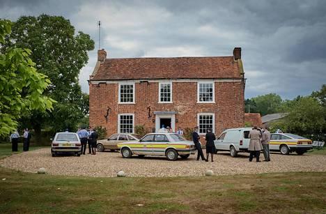 Brittiläisen jännityssarjan keskusnäyttämönä on Essexin maaseudulla sijaitseva talo, jonne pikkukylän poliisi saa hälytyksen.