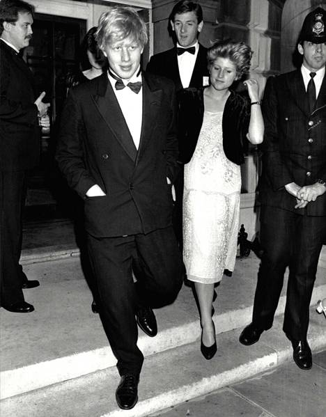 Boris Johnson pikkusiskonsa Rachelin kanssa prinsessa Dianan pikkuveljen Charles Spencerin 21-vuotisjuhlissa keväällä 1985. Johnson ja Spencer olivat samaan aikaan Oxfordin yliopistossa.
