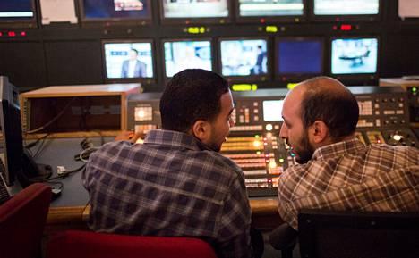 Kuvamiksaaja Mohamed Omair ja ohjaaja Sheif al-Aktash kokosivat uutisjuttua päivän mielenosoituksista perjantai-illan lähetystä varten ONTV:n tiloissa Kairossa.