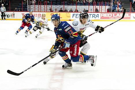 Jokerien Steve Moses ja Ilveksen Erkki Rajamäki taistelivat kiekosta jääkiekon SM-liigan pelissä perjantaina.