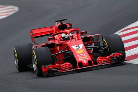 Sebastian Vettel pääsi jo radallekin Barcelonassa, kun talvikeli hiukan hellitti ja rata kuivui.