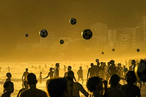 Jalkapallon pelaajia Ipaneman rannalla Rio de Janeirossa.